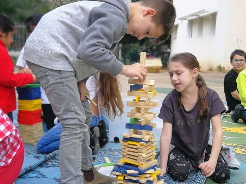 פעילות של משחקים עם ילדים